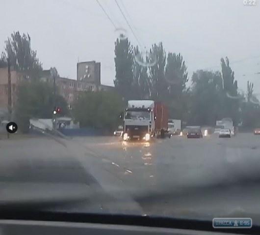 ВОдессе сильный ливень затрудняет движение транспорта